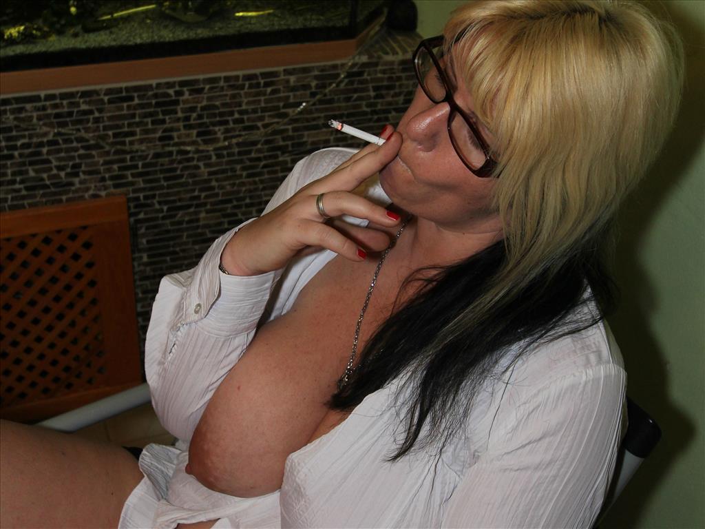rauchende-nackte-Frau-mit-grosser-Oberweite